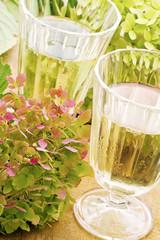 Weingläser und Hortensien