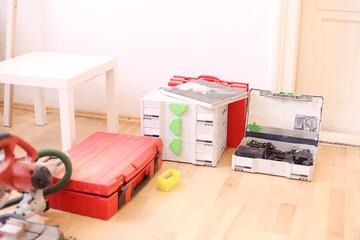 Werkzeugausrüstung auf Parkettboden