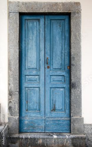 vecchio portoncino azzurro - 68993438
