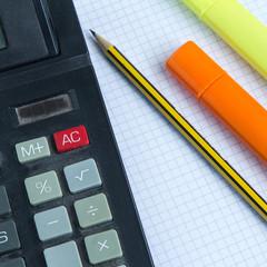 Calcolatrice e penne