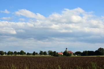 Landschaft mit der Wallfahrtskirche Maria Kappel bei Schmiechen