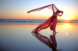 canvas print picture - Frau im Roten Kleid am Strand im Sonnenuntergang