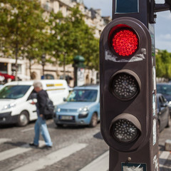 rote Ampel an der Champs Elysees in Paris