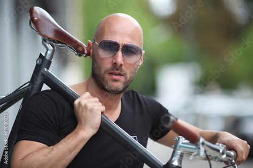 canvas print picture Mann mit Fahrrad und Sonnenbrille