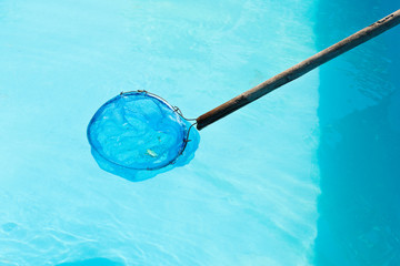 Cleaning of outdoor pool by net leaf skimmer