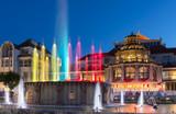 Nocny widok na kolorowe fontanny w Sopocie