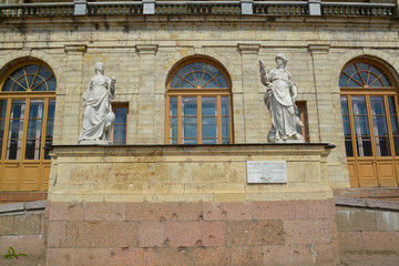 """Statues """"Vigilance"""" and """"Prudence"""" at an entrance to the Big Gat"""