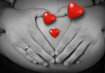 Babybauch mit roten herzen