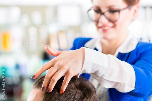 canvas print picture Friseur frisiert Mann die Haare im Herrensalon