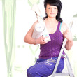 Frau sitz beim renovieren auf der Leiter