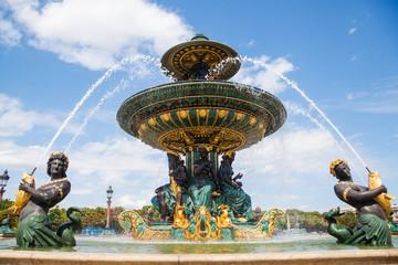 historischer Brunnen auf dem Place de la Concorde in Paris