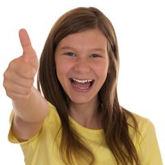 Lachendes Mädchen zeigt Daumen hoch