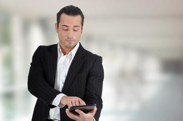 Geschäftsmann mit mobilem PC