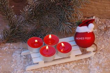 Frohes Fest - Kerzen zum vierten Advet im Schnee