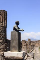 Statue der Göttin Diana auf einem Sockel vor dem Vesuv - Pompeji