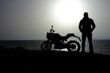 Hombre De Pie Junto A Su Motocicleta