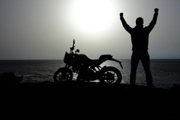Silueta De Motorista Junto a Su Motocicleta