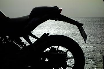 Motocicleta Junto Al Mar Al Atardecer