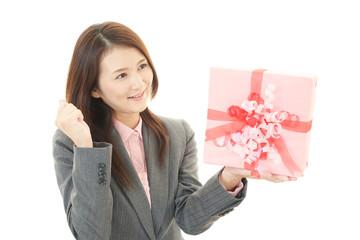 プレゼントを持った笑顔の女性