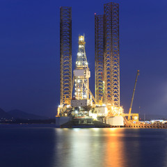 Jack up oil drilling rig in the shipyard for maintenance at suns