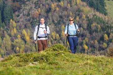 Zwei Wanderer im Herbst