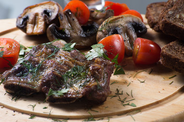 жареные говяжьи ребрышки с шампиньонами и помидорами