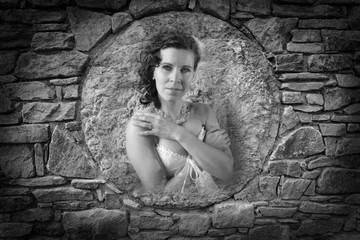 Frau im Steinkreis