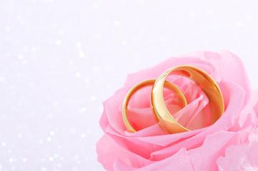 Zwei Ringe mit Rose