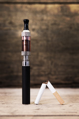 E-Zigarette und kaputte Zigarette