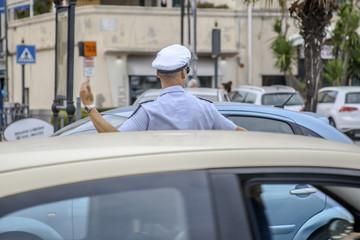 Vigile urbano che dirige il traffico