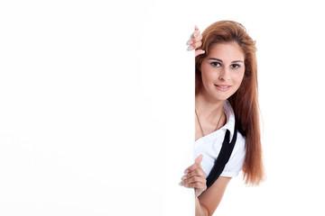 Hübsche junge Geschäftsfrau blickt neben Banner hervor
