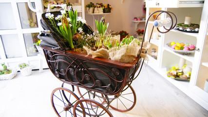 Stylowa ozdoba. Wózek w wypełniony kwiatami