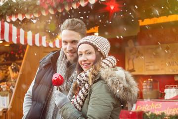 pärchen auf dem Weihnachtsmarkt