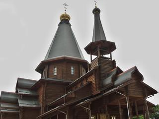 Деревянная церковь в старом русском стиле.