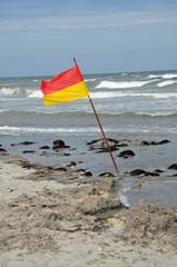 rot- gelbe Flagge  (Baden erlaubt)