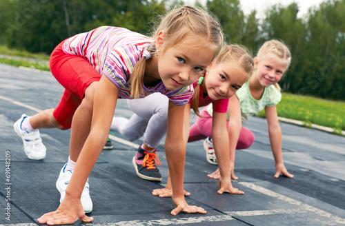 Leinwanddruck Bild girls starting to run on track