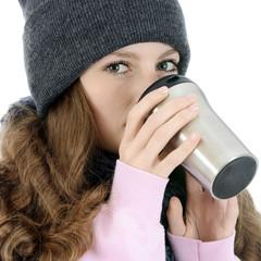 Frau trinkt Coffee to go aus Thermobecher