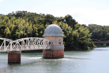 多摩湖と取水塔