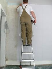 Handwerker beim Tapezieren