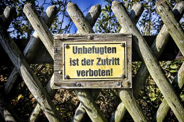 Verbotsschild Unbefugten ist der Zutritt verboten