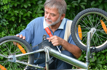 Rentner repariert Kinderfahrrad l