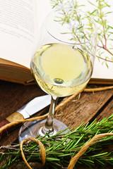 Weißwein und Rosmarin