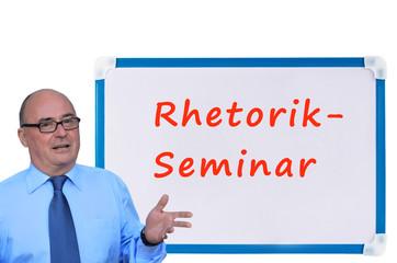 Geschäftsmann vor einer Tafel: Rhetorik-Seminar