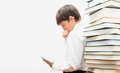 Подросток читает электронную книгу