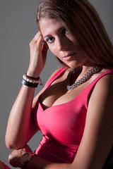 Hübsche junge Frau in sexy Pink Kleid