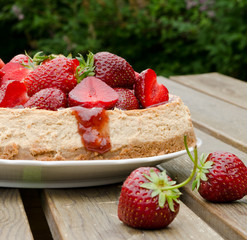 Rheum cheesecake with strawberries on