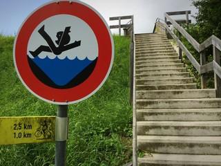 Hinweisschild: nicht ins Wasser fallen