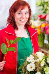 Floristin arbeitet im Blumenladen