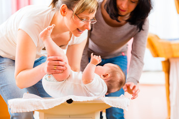 Hebamme untersucht Säugling