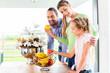 canvas print picture - Familie isst frisches Obst für gesunde Ernährung